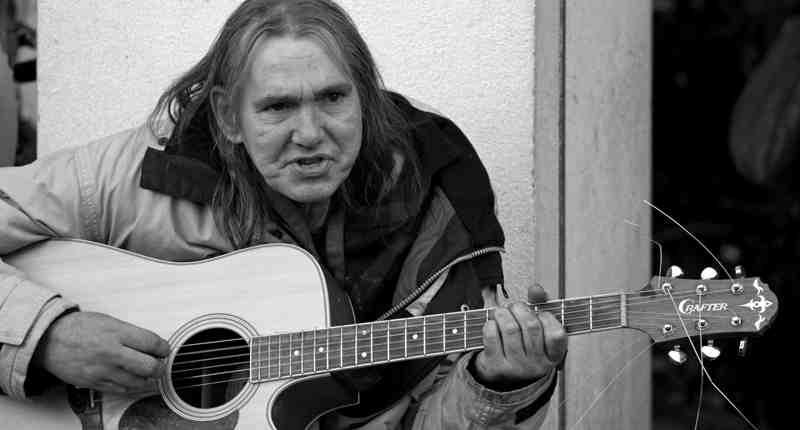 Boek ter ere van overleden straatmuzikant Chuck Deely
