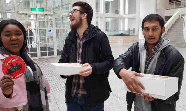 Gemeente den Haag, afdeling jeugdbeleid verrast met taart en Verbetersticker