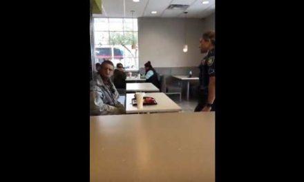 AD: Voorbijganger trakteert dakloze bij McDonald's, politie zet hem buiten