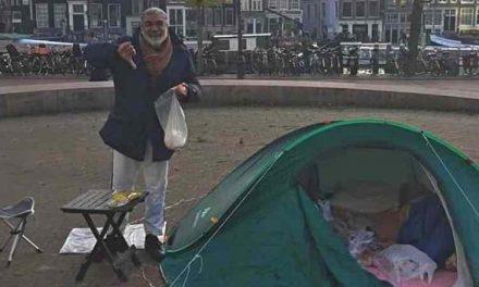 Gemeente Amsterdam belooft woning aan man in tent: 'De tent heeft gewerkt'