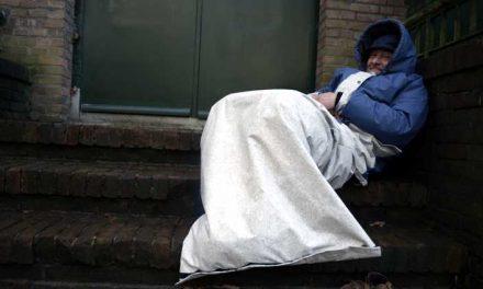 UT-studente Femke van Stratum: 'Sheltersuit doet dakloze én hulpverlener goed'