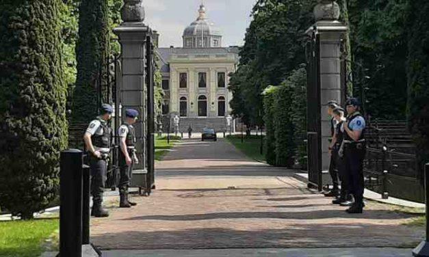 Poolse agenten verjagen zwervers bij paleis Willem-Alexander
