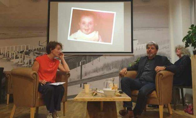 Daklozen en vastgoedhandelaren kijken tijdens het Haags Verhaal samen naar de stad