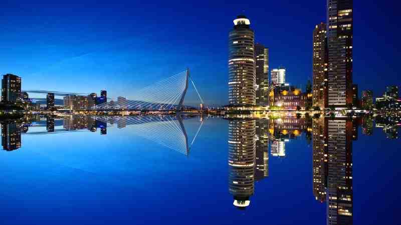 Wat een postbode ziet van de wederafbraak van Rotterdam