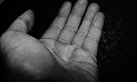 In Den Haag bedelt de Roemeense Florin om geld. Hij krijgt een boete