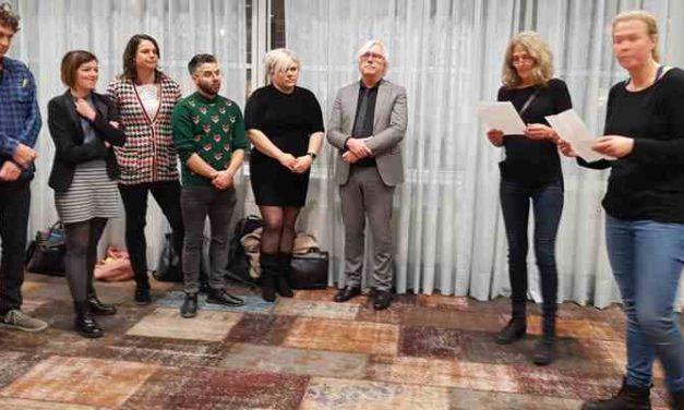 Petitie 'Laat daklozen niet in de kou liggen' aangeboden aan raadsleden en wethouder Bert van Alphen