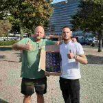 Achterban volwassenen delen flesjes water uit aan daklozen in Den Haag