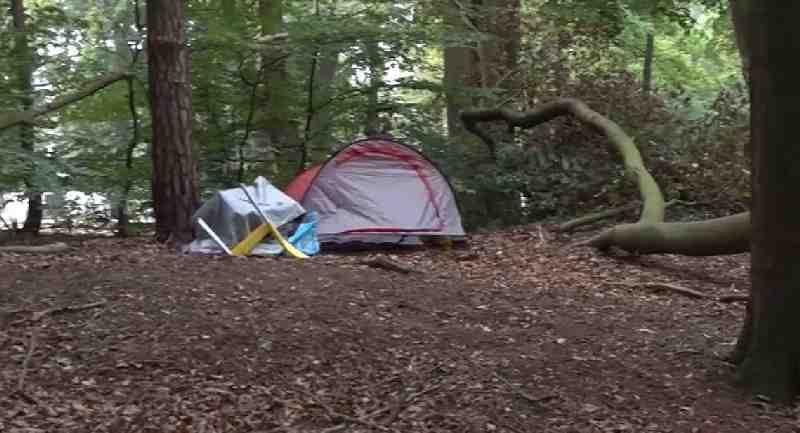 Daklozen in Ede slapen in tentjes na sluiten noodopvang