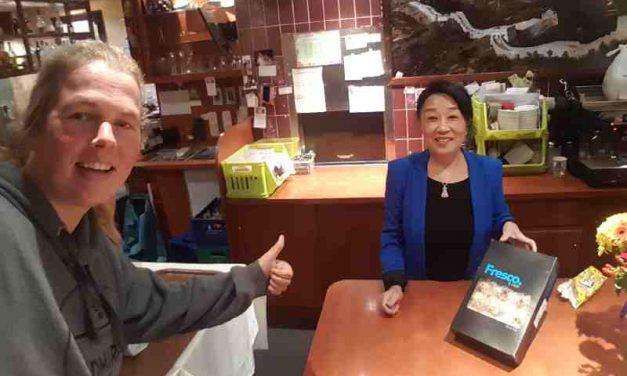 Chinees restaurant Fong Shou, schenkt 100 gebakjes voor de buitenslapers in onze stad