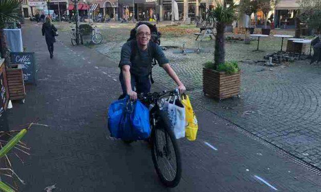 Straat Consulaat deelt hygiënepakketten uit aan daklozen in het StayOkay Hostel in Den Haag