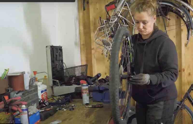 Tamara fiets voor niets project voor jonge daklozen in Den Haag