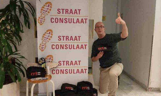 Straat Consulaat deelt hygiënepakketten uit aan daklozen in het StayOkay hostel