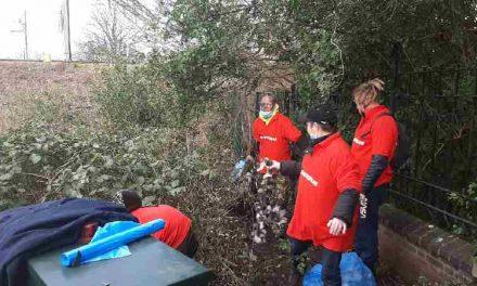 Bewoners StayOkay Hostel in Den Haag ruimen rondslingerend vuilnis in de wijk op