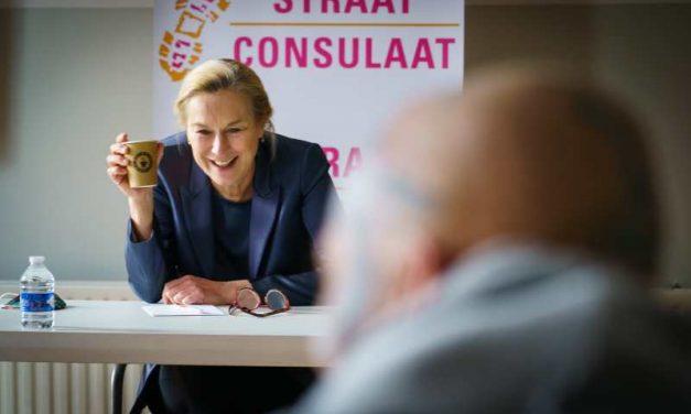 """Sigrid Kaag (D66) bezoekt tijdelijke daklozenopvang StayOkay """"Als overheid moeten we veel meer doen"""""""