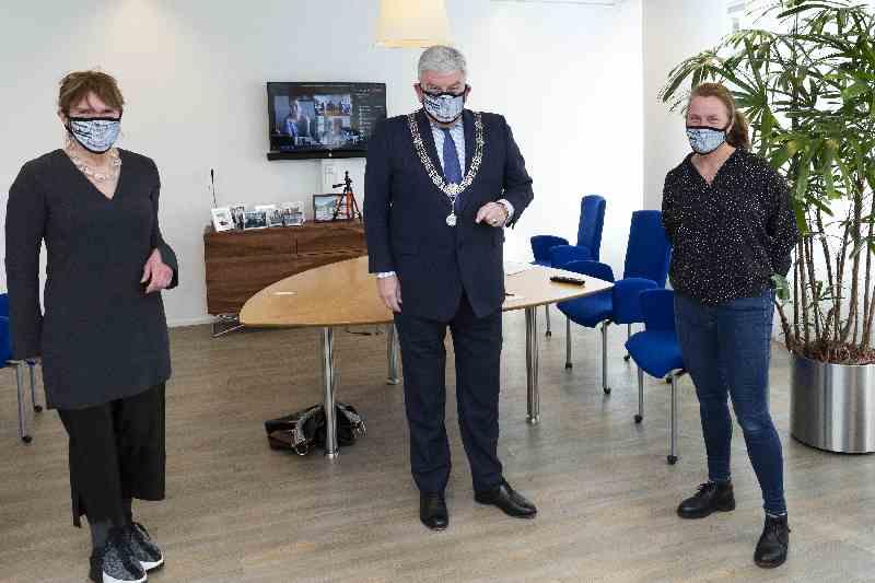 Burgemeester Jan van Zanen ambassadeur van Straatnieuws Den Haag/Rotterdam