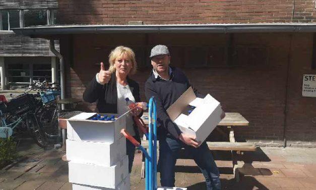 Straat Consulaat deelt water uit aan daklozen