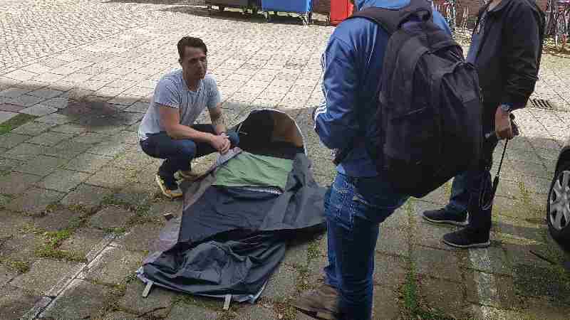 Stichting Sheltersuits overhandigd 50 shelterbags aan het Straat Consulaat voor daklozen in Den Haag