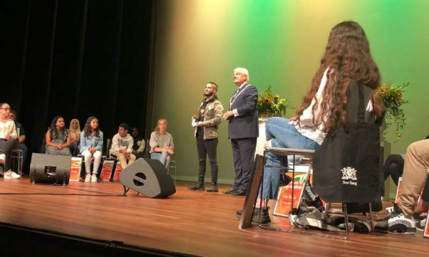 Achterbanner Abdul ontvangt het Haagse Jeugdlintje